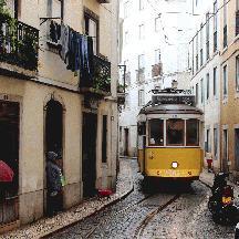 ポルトガル周遊の記 17 - リスボン市電28系統、狭隘路を走る