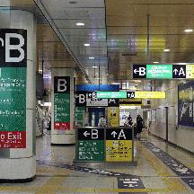 京成線 日暮里駅のインターナショナルな案内サイン